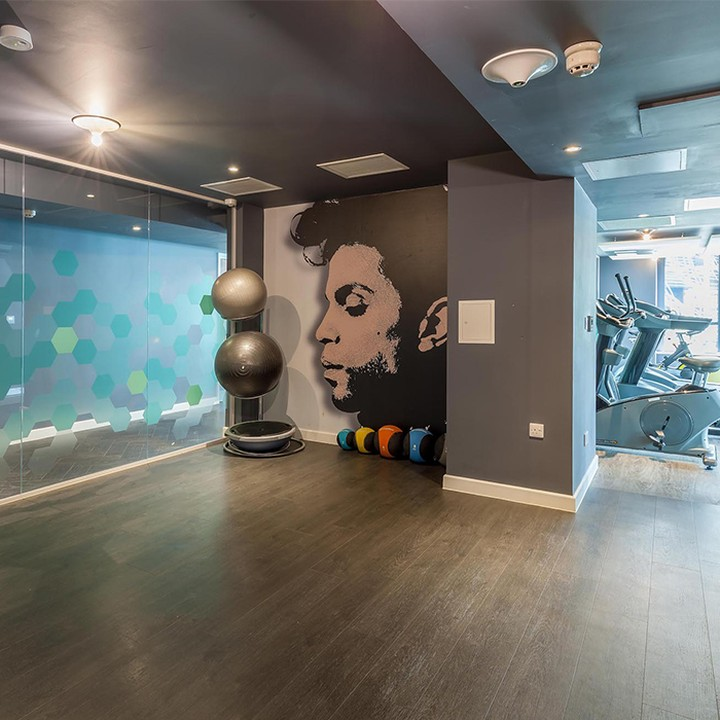If you're kick starting the year with a new fitness regime, make the most of our onsite gyms! 🏋️‍♀️ Let your residence team know if you want any particular exercise or wellbeing classes and we'll get these running 🙌 ———————————————————————————————– #apartofyourstory #apartofwellbeing #apartofqueenscourt