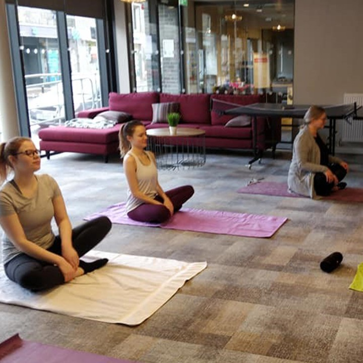 #TBT to our yoga class at the Combworks. Feeling zen 🙌🤗 – #apartofyourstory #studentliving #apartofthecombworks #wellbeing